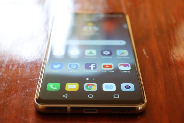 Review: LG V30+